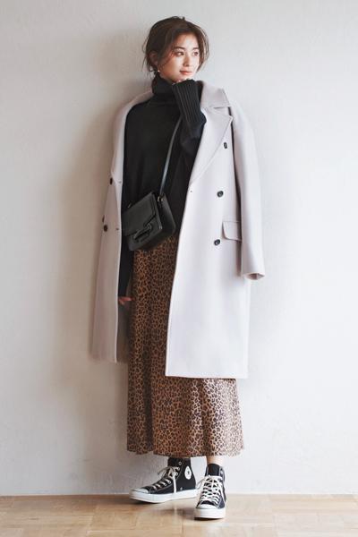 黒タートルネックニット×レオパード柄フレアスカート