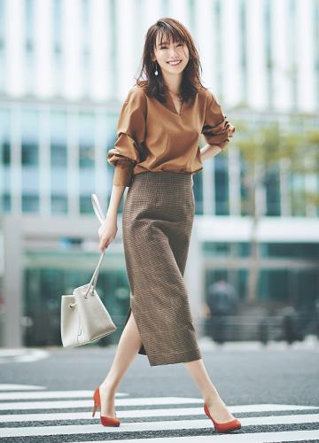 ブラウンブラウス×ブラウンチェック柄タイトスカート