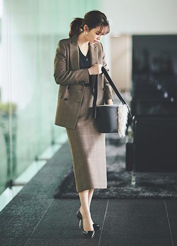 スカートスーツ×黒カーディガン