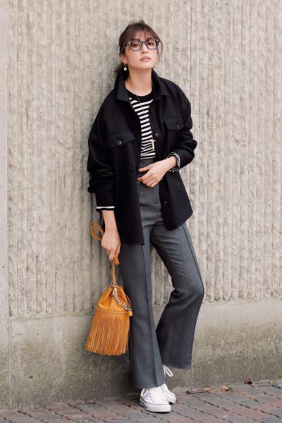 黒ジャケット×グレーパンツ×白スニーカー