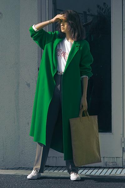 緑色コート×白Tシャツ