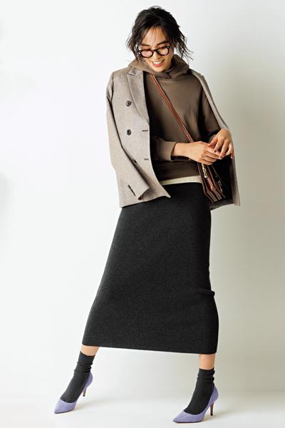 ブラウンパーカー×黒ニットタイトスカート