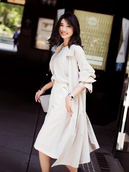 白のノースリーブ×白のスカートのセットアップ×ベージュトレンチコート