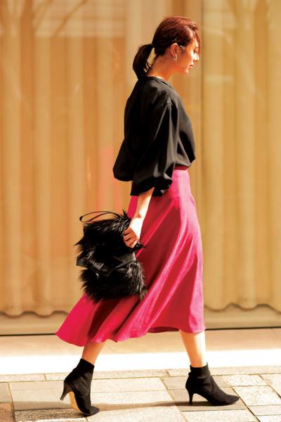 黒ショートブーツ×ピンクフレアスカート
