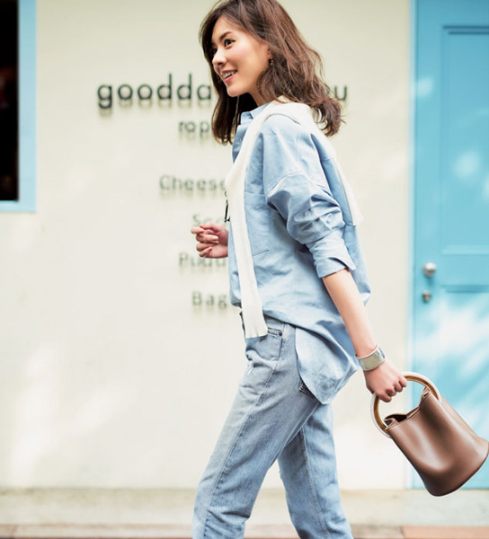 淡いブルーのデニム×ブルーデニムシャツの休日コーデ