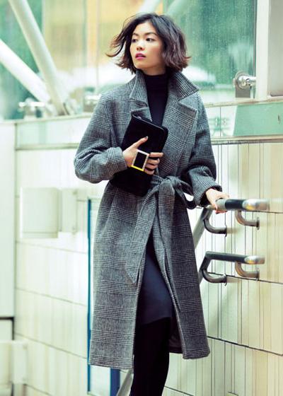 グレンチェックコート×黒スカート