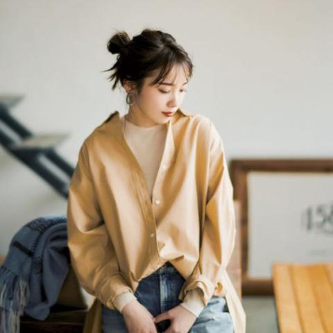 色落ちデニム×白ニット×ベージュシャツ