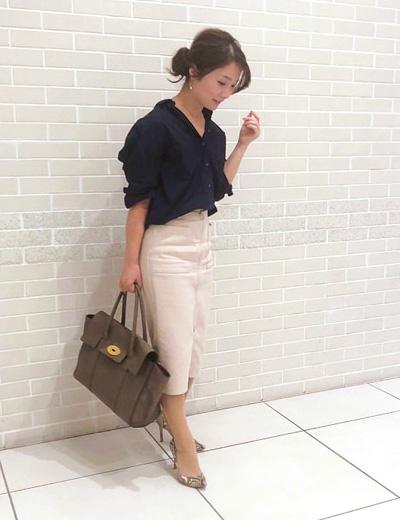 ネイビーシャツ×ベージュタイトスカート