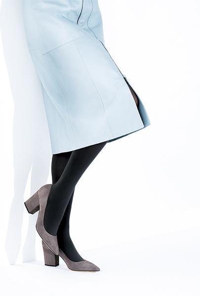 ペールブルーのスカート×グレージュパンプス
