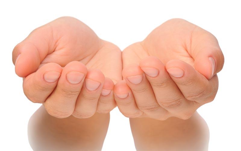 肌を傷つけない化粧水の使い方1:コットンよりも手で付ける