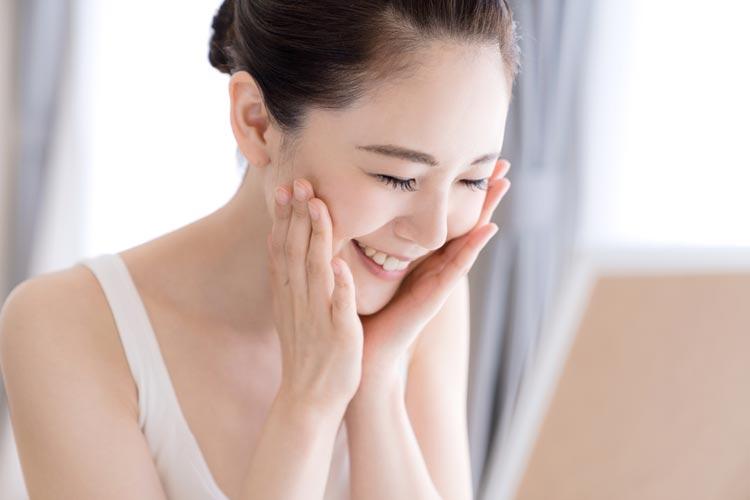 肌を傷つけない化粧水の使い方3:最後は両手で顔パック