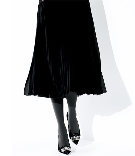 黒プリーツスカート×黒ビジューパンプス