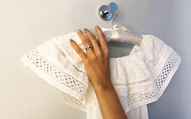 ウエディングドレスをかけることが出来るフックを完備