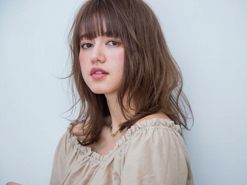 【2】毛先が軽やかに踊るミディアムヘア