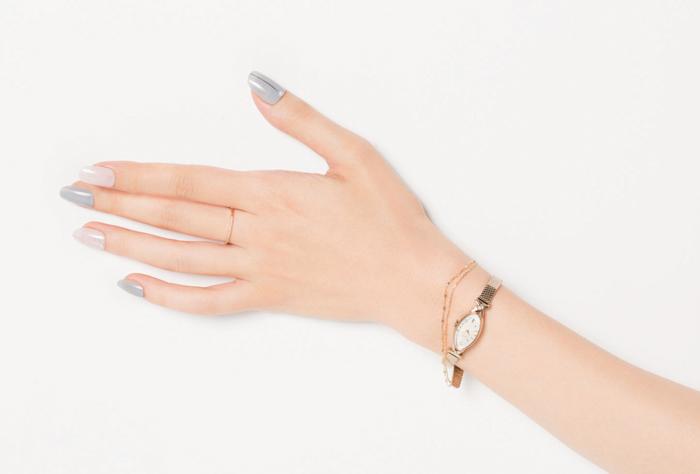 華奢なアクセや時計にマッチするグレー×ピンクのニュアンスネイル