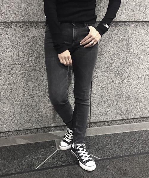 黒デニム×黒ニット