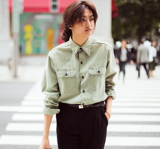 ミリタリーシャツ×黒パンツ