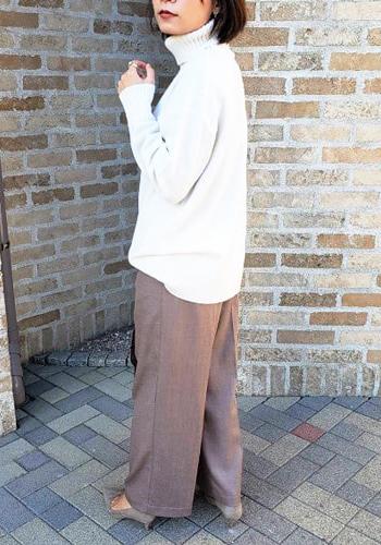 白セーター×ブラウンワイドパンツ