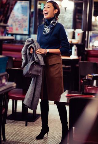 紺タートルニット×ブラウンスカート×スカーフ