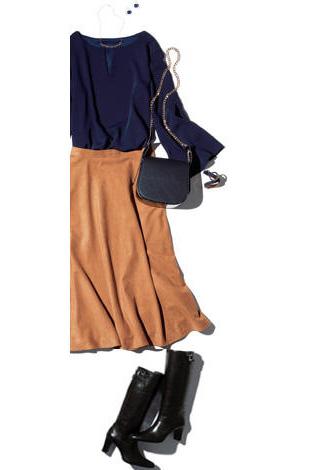 黒乗馬ブーツ×ネイビートップス×茶スカート