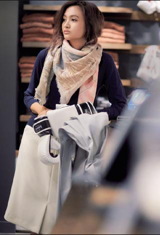 紺ニット×白スカート×ピンクスカーフ