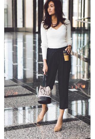 白Vネックセーター✕黒パンツ