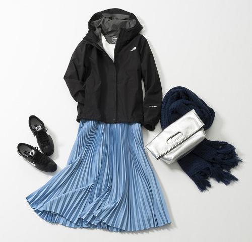 黒マウンテンパーカ×白カットソー×サックスロングプリーツスカート