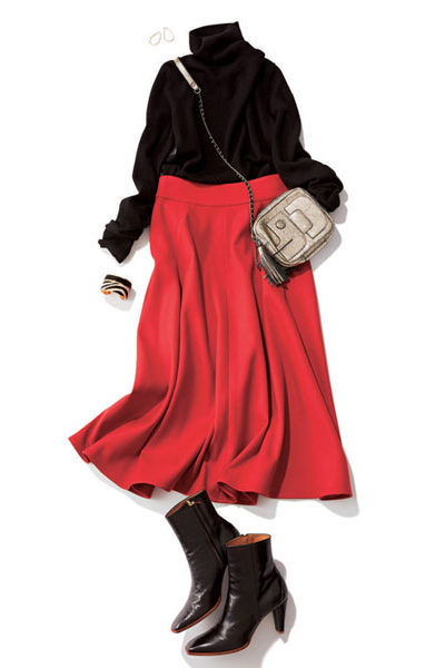 黒ショートブーツ×赤フレアスカート