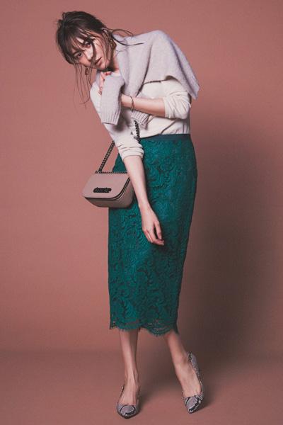 鮮やかなグリーンスカート×ベージュニット