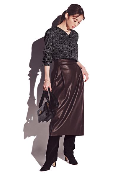 ドット柄黒ブラウス×ブラウンのエコレザースカート