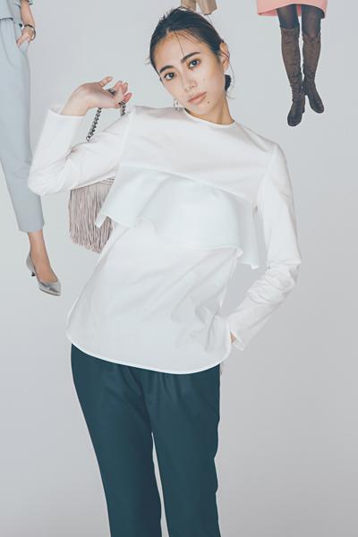 白ブラウス×黒パンツ