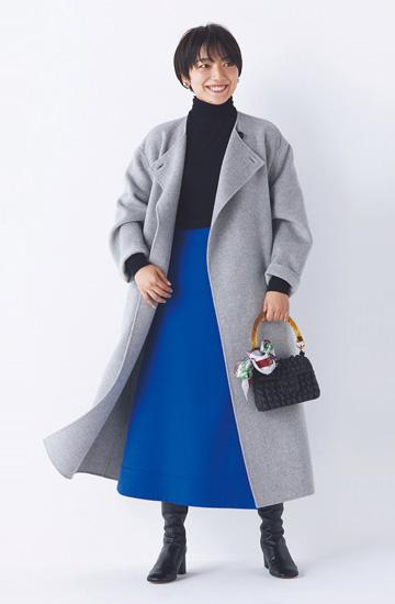 黒タートルネックニット×ブルーフレアスカート