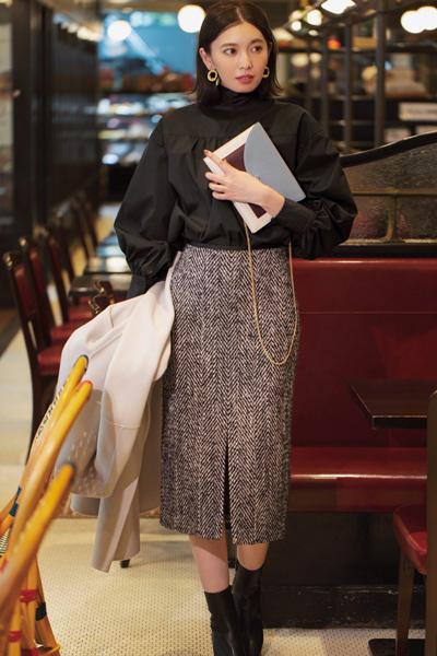 【2】黒パフスリーブブラウス×ツイードタイトスカート