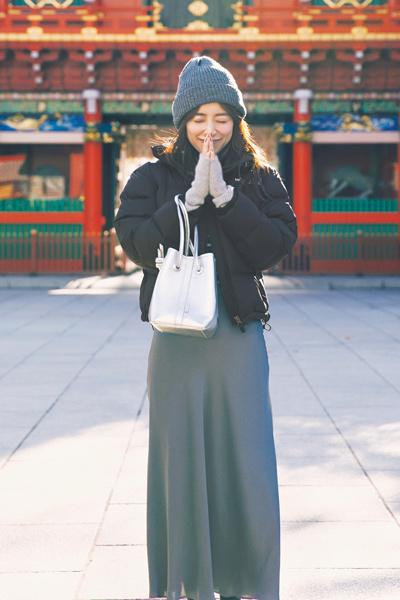 黒ダウンジャケット×グレーニット帽×ベージュグローブ×グレーサテンスカート