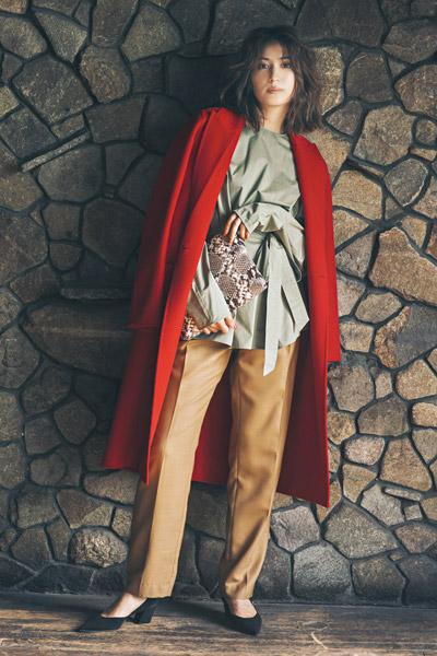 【3】キャメル色パンツ×カーキブラウス×赤コート