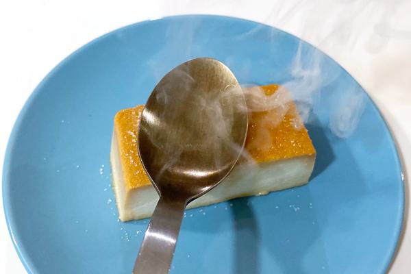 熱したスプーンをグラニュー糖の上で滑らす