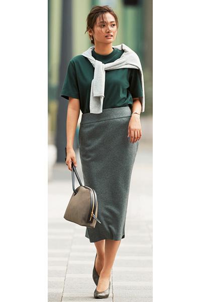 緑色カットソー×グレーウールタイトスカート