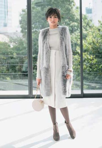 グレージュタイツ×白スカート