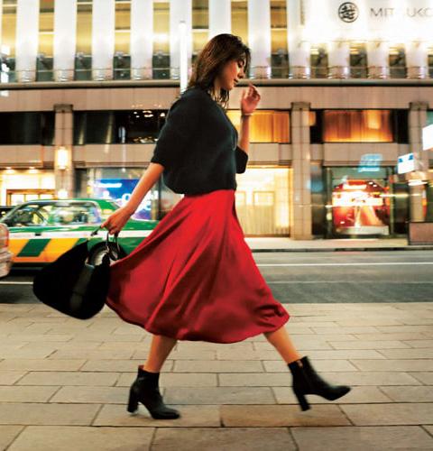 赤スカート×黒ニット