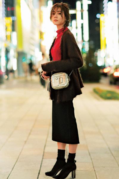 黒スカート×赤ニット×ブラウンカーディガン