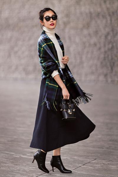 黒ショートブーツ×白ニット×ネイビーロングフレアスカート