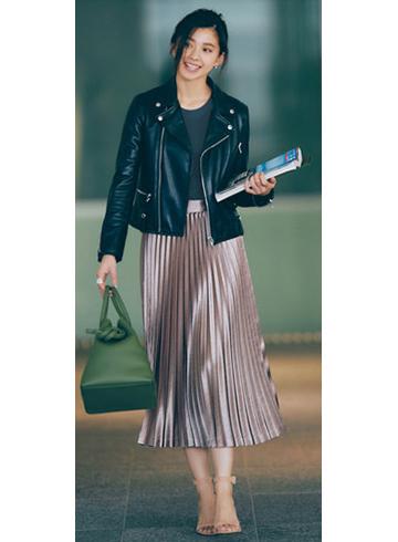 ブラウンのプリーツスカート×黒ライダースジャケット
