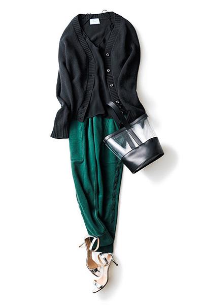 深緑色パンツ×黒カーディガン