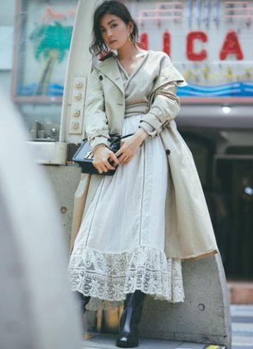 ベージュトップス×白フレアスカート