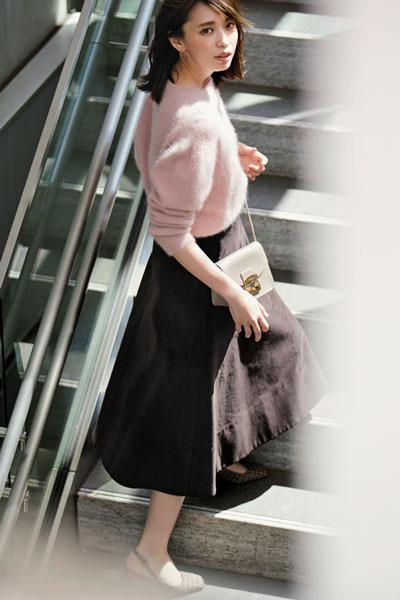 ピンクのふわふわニット×ブラウンフレアスカート
