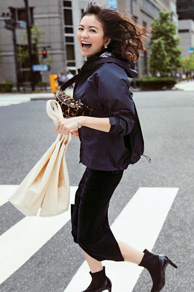黒スカート×ネイビーのナイロンパーカー
