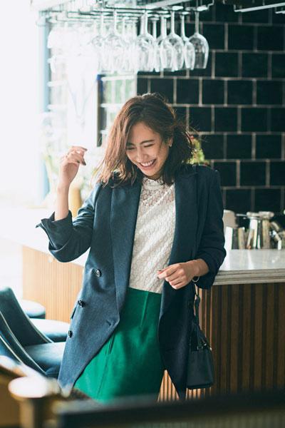鮮やかグリーンスカート×白ブラウス×ダブルジャケット