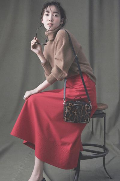 赤スカート×ブラウンタートルニット