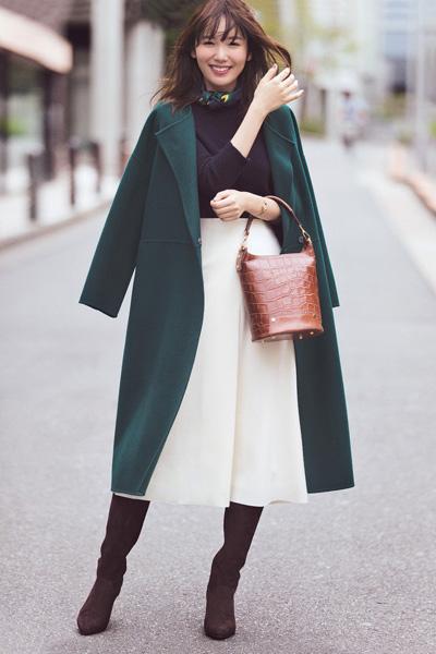 緑色コート×黒ニット×白フレア