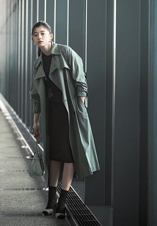 グリーントレンチコート×黒タイトスカート